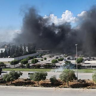 Black smoke billows out of the US embassy grounds. (Photo: Jadal News/jadal.tn)