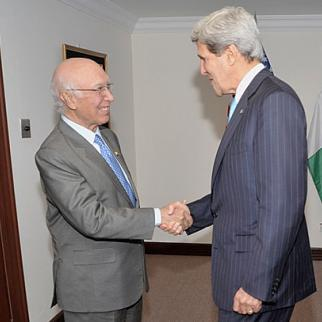 Pakistan's national security advisor Sartaj Aziz greets US Secretary of State John Kerry, July 2013. (Photo: US State Department/Wikimedia Commons)