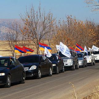 Opposition convoy heads for Karabakh. (Photo: Constituent Parliament)