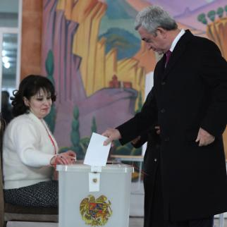 President Serzh Sargsyan casts his vote in the December 6 referendum. (Photo: Photolure agency)