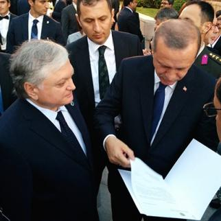 Armenian foreign minister Eduard Nalbandyan hands newly-elected Turkish president Recep Tayyip Erdoğan an invitation to attend the 100th-anniversary Armenian Genocide Remembrance in Yerevan next year. (Photo: Armenian foreign ministry website)