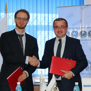 Alexander Wolters (l) director of the OSCE Academy in Bishkek, and Abakhon Sultonazarov, IWPR's regional director for Central Asia. (Photo: OSCE Academy Bishkek)