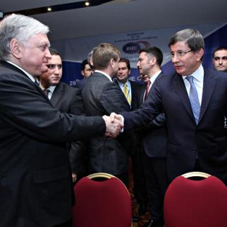 Armenian foreign minister Eduard Nalbandyan (left) and his Turkish counterpart Ahmet Davutoğlu shake hands in Yerevan on December 12. (Photo: Photolure agency)