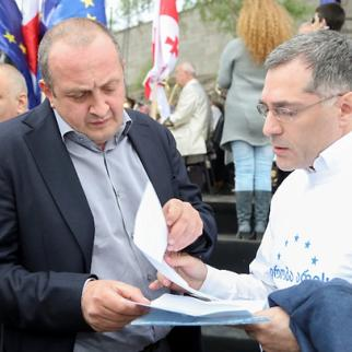 Georgian president Giorgi Margvelashvili (left) on Tbilisi's Europe Square. (Photo: Georgian president's website)