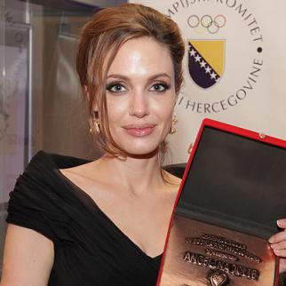 """Following the Sarajevo premiere of her movie """"In the Land of Blood and Honey"""", Angelina Jolie received a friendship plaque form the Youth of Bosnia and Herzegovina. (Photo: Sarajevo Film Festival)"""