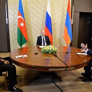 Vladimir Putin meets Azerbaijani leader Ilham Aliyev (left) and Armenia's Serzh Sargsyan in Sochi, August 10. (Photo: Armenian president's office)