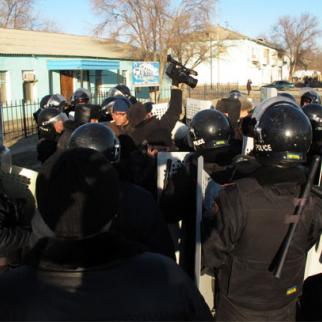 Police encircle journalists in Shetpe, where one man died after police used live fire on protestors on December 17. (Photo courtesy of Respublika news site http://www.respublika-kz.info/)