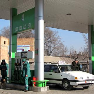 Drivers in Kyrgyzstan are paying less for petrol, but the reduction is not significant enough to ease inflation. (Photo: Maksat Osmonaliev)