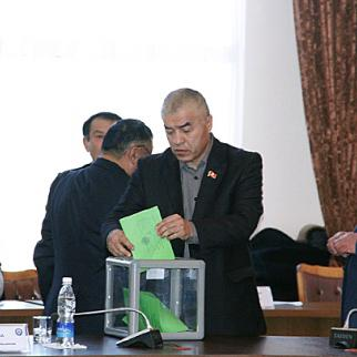 City councillors in Osh voting for their mayor, January 15, 2012. (Photo: Kloop.kg)