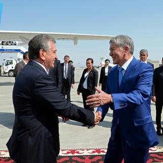 Kyrgyz President Almazbek Atambaev (left) greets his Uzbek counterpart Shavkat Mirziyoe. (Photo: Press Service of the President of the Kyrgyz Republic)