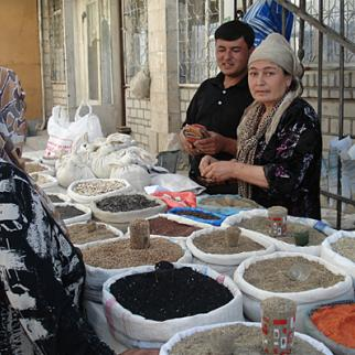 Day-to-day civility conceals underlying mistrust between ethnic communities in southern Kyrgyzstan. Here, the central market in Osh, June 2011. (Photo: Pavel Gromsky)
