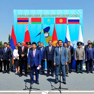 Kyrgyz prime minister Temir Sariev (right) with Kazak deputy prime minister Bakytjan Sagintaev at the ceremony marking the official end of customs procedures, August 12, 2015. (Photo: Kyrgyz government website)