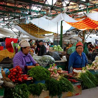 Vegetable stalls at the Osh Bazaar in Bishkek, Kyrgyzstan. Picture from May 2009. (Photo: neiljs/Wikimedia Commons)