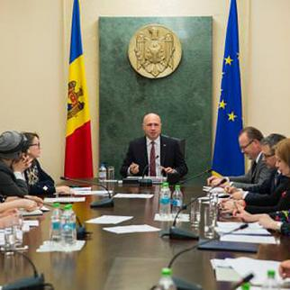Official representatives meet civil society in Gagauzia to discuss domestic violence. (Photo: Moldova government website)