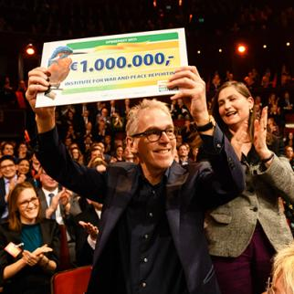 Derk Sauer, Chairman of IWPR's Netherlands board with the awarded cheque. (Photo courtesy of Dutch Postcode Lottery)
