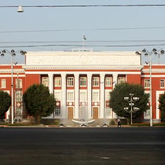 The Tajik parliament building in Dushanbe. (Phone: Rjruiziii/Wikimedia Commons)