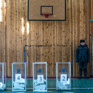 A polling booth in Kiev, October 26, 2014. (Photo by David Ramos/Getty Images)