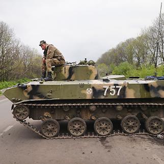 The Ukrainian military guards a roadblock near Slavyansk. April 30, 2014. (Photo: Scott Olson/copyright Getty Images)