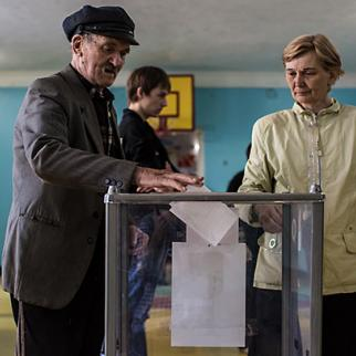 People cast ballots at a polling station on May 11, 2014 in Hartsizk, Ukraine. (Photo: Brendan Hoffman/Getty Images)