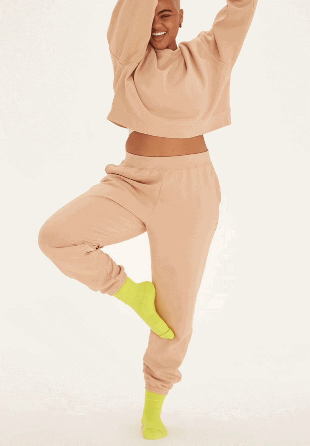 marca de moda sostenible Novia mujer vistiendo un conjunto de jogging