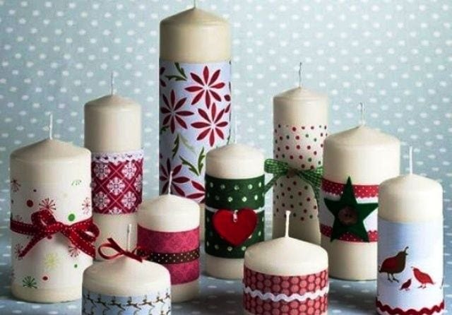 velas adornadas con cintas de navidad