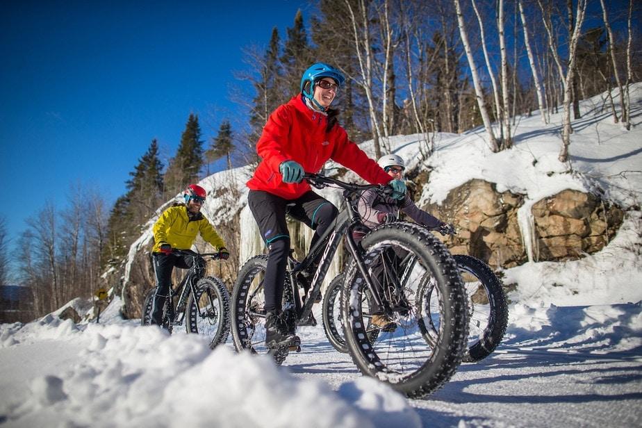 Pasear en bicicleta sobre nieve
