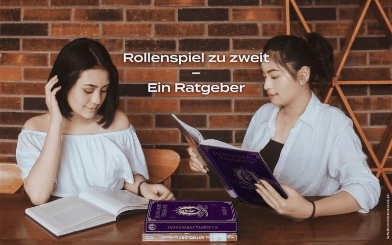 Zwei Frauen bereiten sich mit Jannasaras Tagebuch auf ihre Rollenspielsitzung vor.