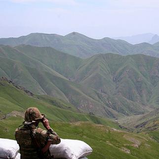 An Armenian soldier scans the border with Azerbaijan. (Photo: Razm.info)