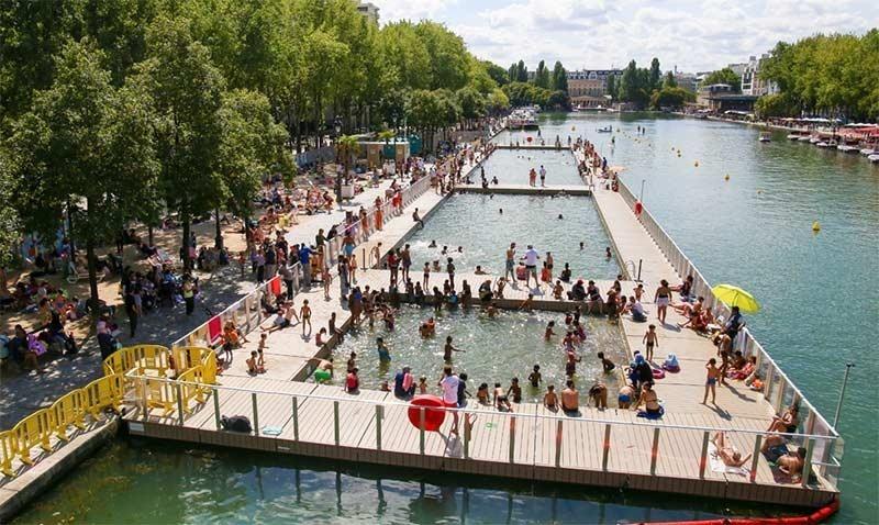 The outdoor public pool in Paris: plage bassine de la villette