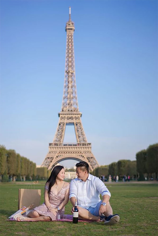 Romantic surprise picnic in Paris