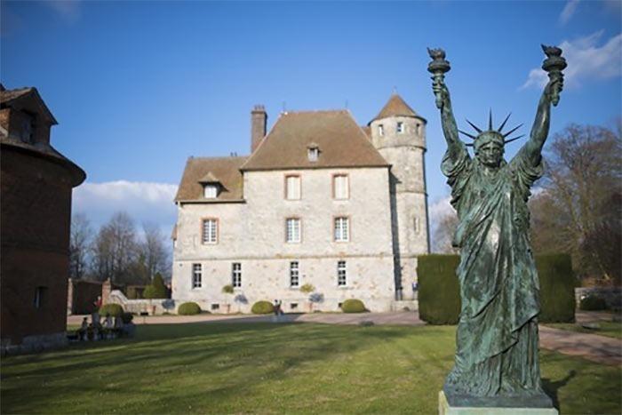 Vascoeuil-Castle-salvatore-dali-statue-of-liberty