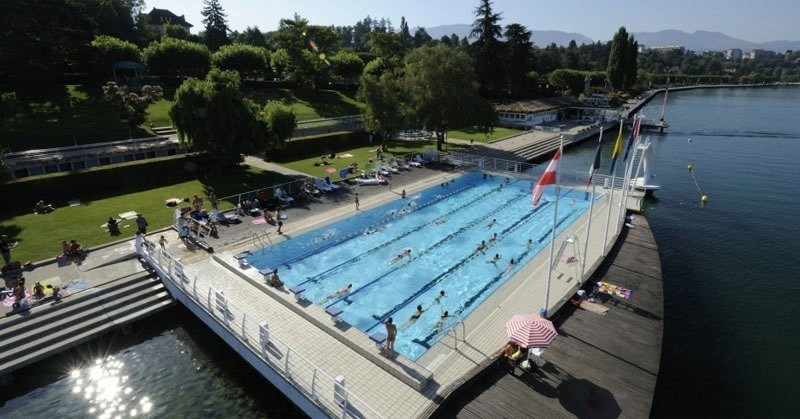 Thonon les Bains, a public pool on the water