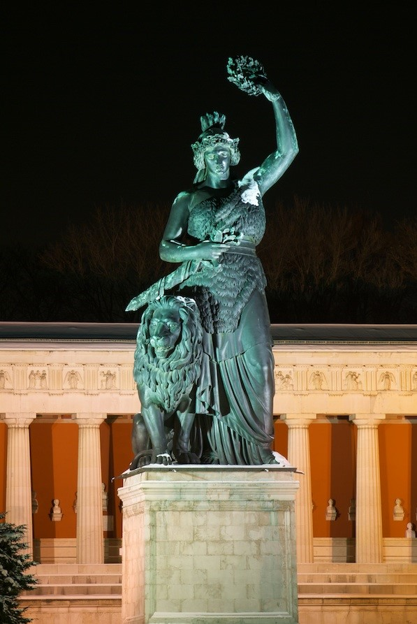 Bavaria Statue von vorne am Abend
