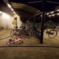 Fietsen in brand gestoken op de Stationslaan in Hoogkarspel
