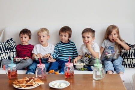 TV, videogiochi e tablet: Che impatto hanno sulla salute dei bambini?