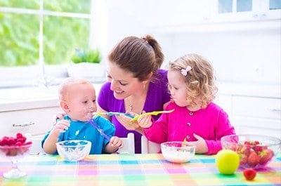 Da pranzo a cena: i consigli dei pediatri su alimenti e quantità durante lo svezzamento