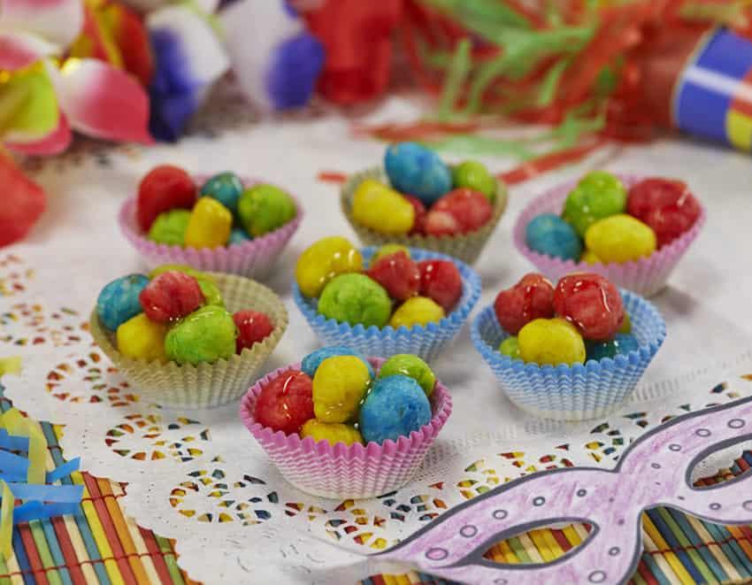 palline di pasta colorate ricoperte di miele per carnevale