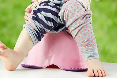 bambina seduta sul vasino