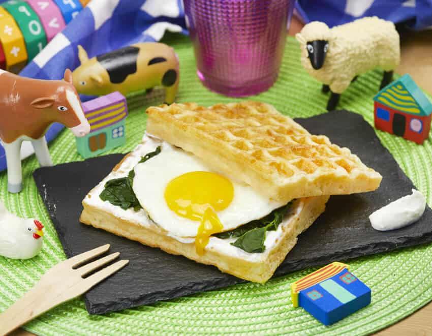 Waffle salati farciti con uovo al tegamino e spinaci