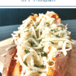"""Süßkartoffel mit Käse und Kräutern gefüllt auf Holzbrett. Text:""""Gebackene Süßkartoffel in 7 Minuten"""""""