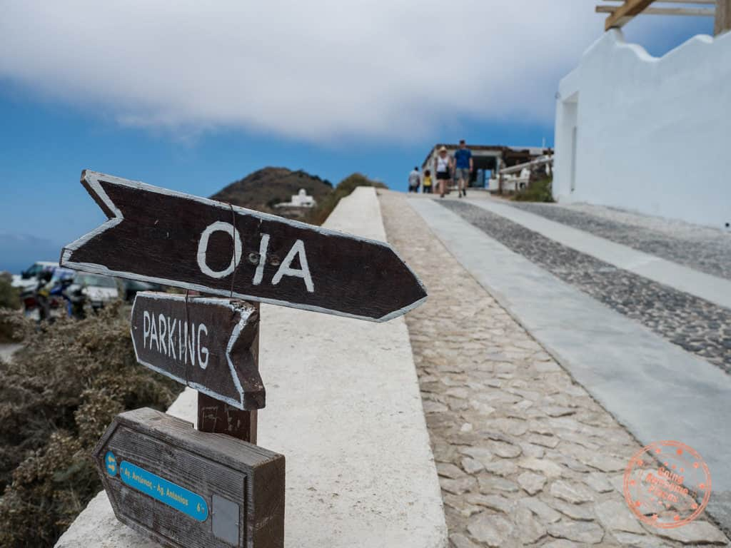 signage to follow in hike to oia