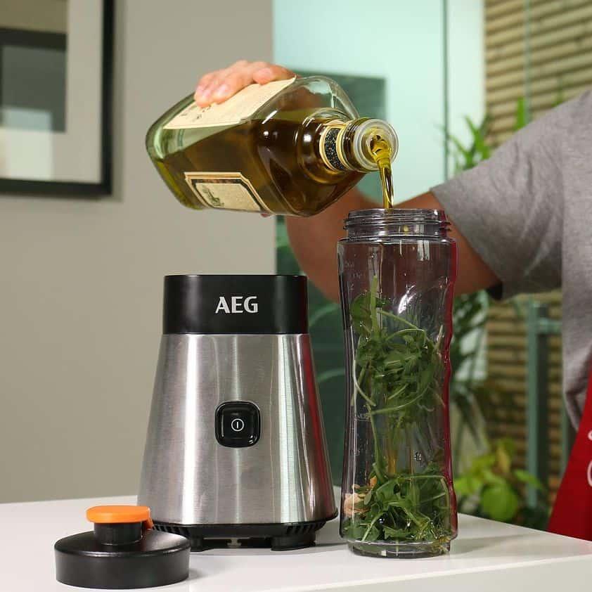 AEG SB2400 PerfectMix - Pesto-Zubereitung: Zugabe von Olivenöl in den Behälter