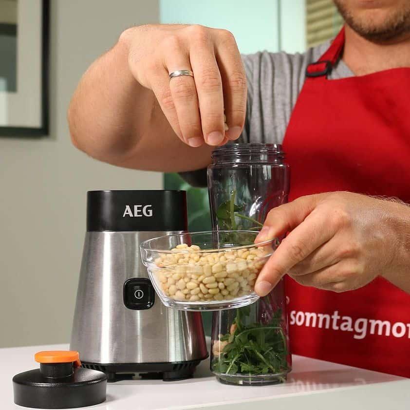 AEG SB2400 PerfectMix - Pesto-Zubereitung: Hinzufügen von Pienienkernen aus einer Glasschale