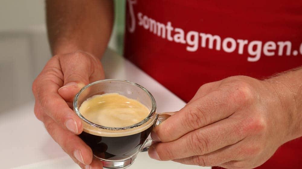 Fertiger Espresso aus dem DeLonghi 22.110.B zur Beurteilung