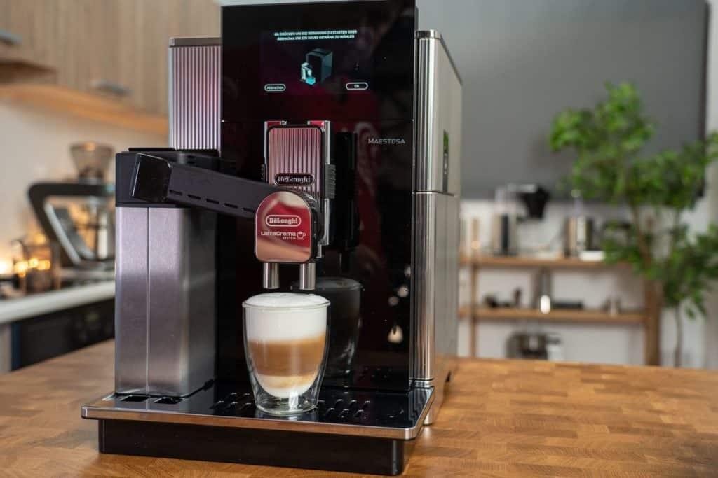 Delonghi Maestosa Kaffeevollautomat bei der Latte-Macchiato-Zubereitung