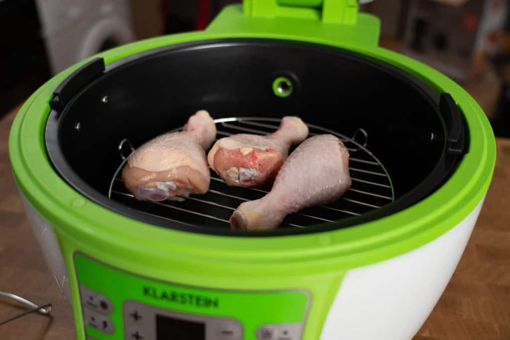 Klarstein VitAir Turbo mit 3 (noch rohen) Hähnchen-Unterschenkeln gefüllt