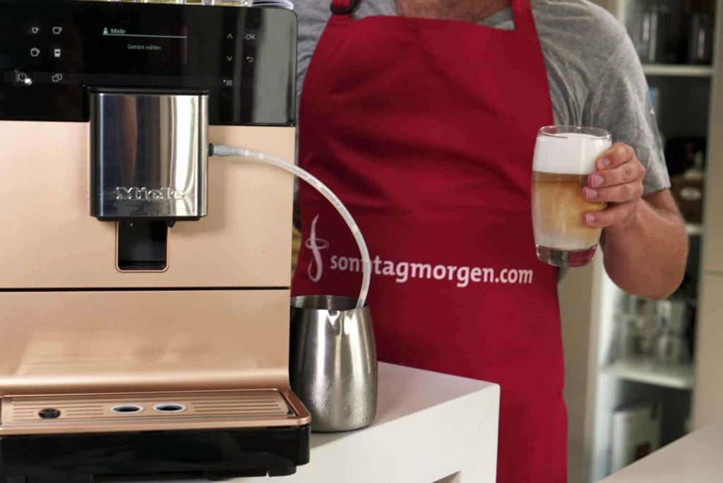 Miele CM 5500 - Gerät und fertig zubereiteter Latte Macchiato