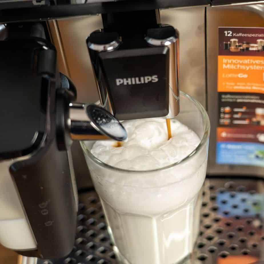 Philips EP5447 90 LatteGo Kaffeevollautomat Milchschaum