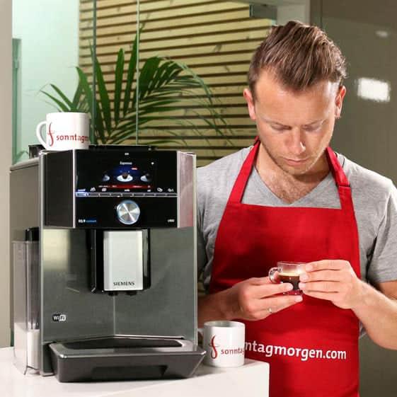 Siemens EQ.9 s500 - zubereiteter Espresso wird beurteilt