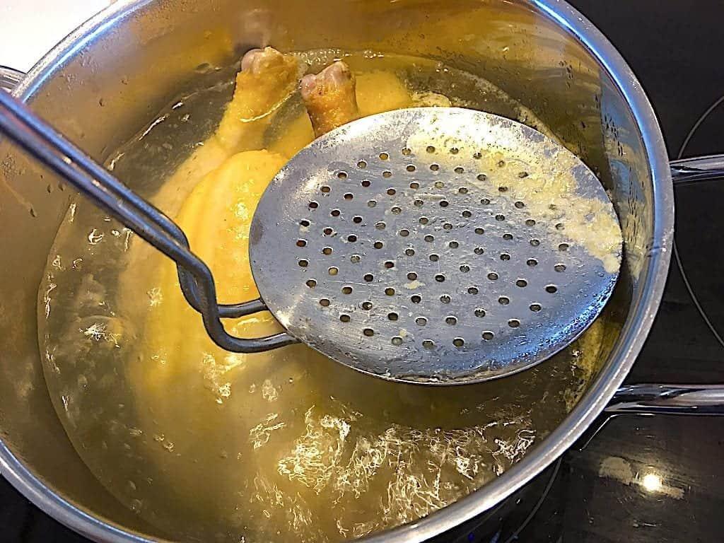 billede med skumning af hønsekødssuppe